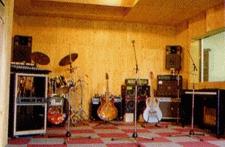 GuitarAmps…Marshall-Jcm900 ●Peavey-60W×2台 ●BassAmp…Peavey-100W ●Drums-…YAMAHA-2Tom2Si ●PA…YAMAHA-8ch