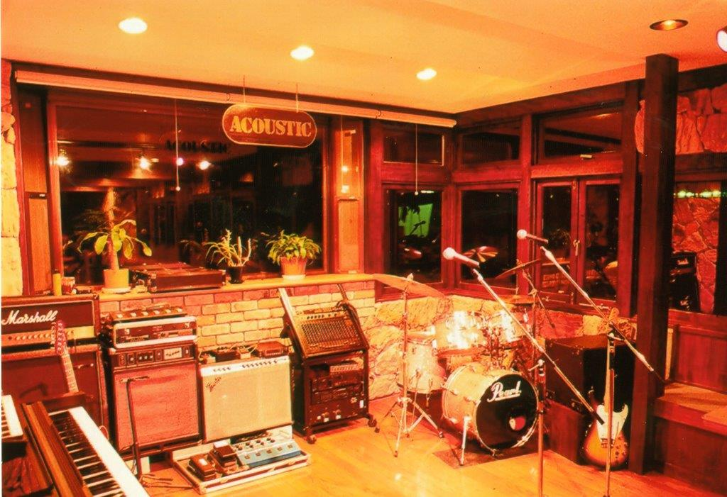当宿隣の独立しているLive・Barステージ。<br> 50名様までの本格的ライブBar。
